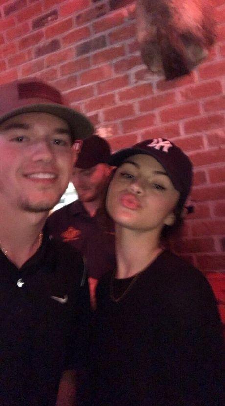 Selena Gomez xuat hien tro lai sau thoi gian dai vang bong vi tram cam - Anh 4