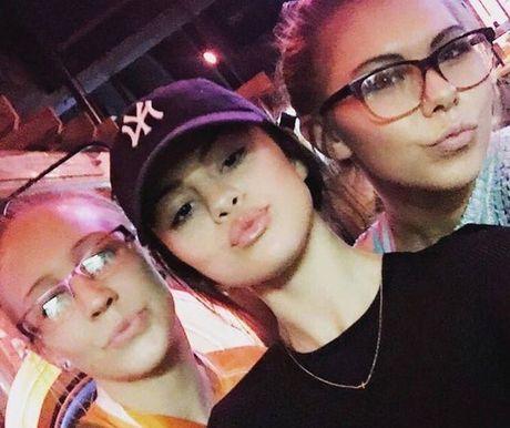 Selena Gomez xuat hien tro lai sau thoi gian dai vang bong vi tram cam - Anh 5