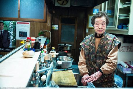 Chum anh cho thay tinh than lam viec dang kham phuc cua nguoi cao tuoi Nhat Ban - Anh 4