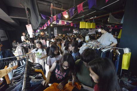 Gioi tre Ha Noi chen lan mua sam tai The New District - Anh 1