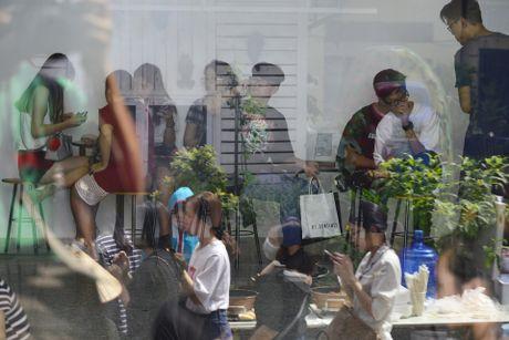 Gioi tre Ha Noi chen lan mua sam tai The New District - Anh 6