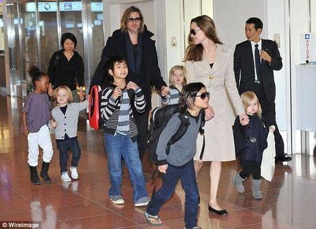 Brad Pitt khong bi truy to bao hanh con, lay lai loi the gianh quyen nuoi con voi Jolie - Anh 1