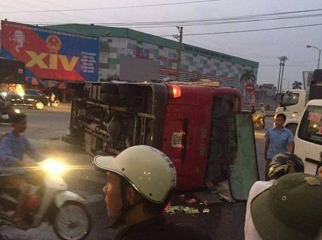 Ninh Binh: Xe khach 29 cho bi xe tai huc lat ngieng - Anh 1