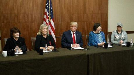 Ong Trump nham vao chong ba Clinton - Anh 1