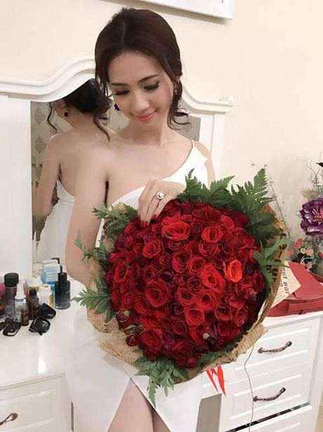 "Ru mac ""gai que"", Phan Thi Mo duoc ban trai tang nhan tien ty dip sinh nhat - Anh 7"