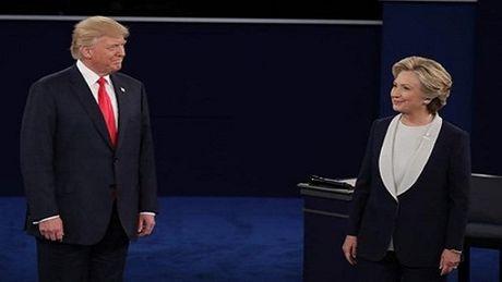 Tranh luan truc tiep lan 2: Ong Trump va ba Clinton khong bat tay, lien tuc cong kich du doi - Anh 1