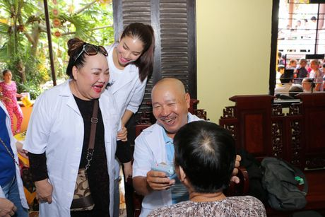 Pham Huong cung 'ba ngoai' phat thuoc cho nguoi ngheo - Anh 3