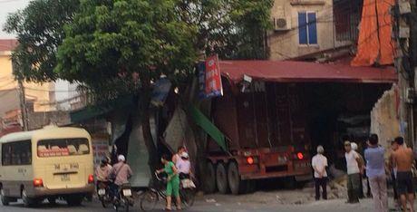 Mat lai, container dam 'xuyen thung' 3 nha dan luc rang sang - Anh 1