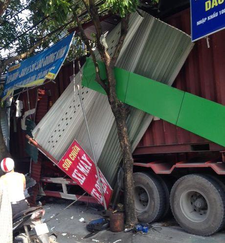 Mat lai, container dam 'xuyen thung' 3 nha dan luc rang sang - Anh 3