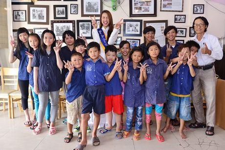 Pham Huong cung NSND Ngoc Giau ve Ben Tre lam tu thien - Anh 11