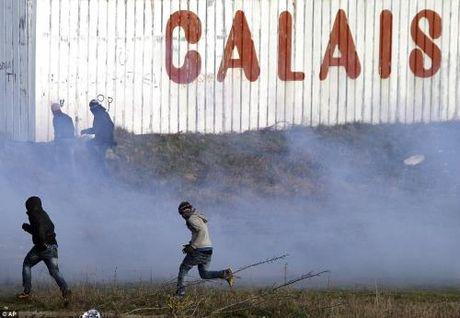 Phap hoi thuc Anh tiep nhan tre vi thanh nien ti nan o Calais - Anh 1