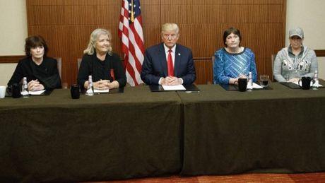 Tuong thuat truc tiep: Trump xuat hien voi 3 phu nu to cao ong Clinton tan cong tinh duc - Anh 1