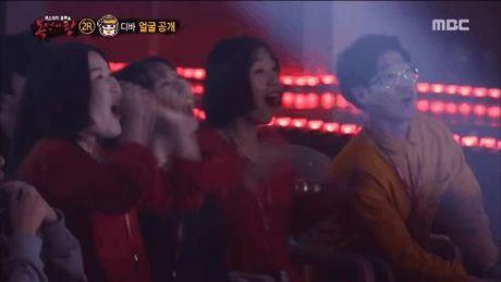 Thanh vien girlgroup dinh dam gay bat ngo khi lot mat na tren show hat giau mat - Anh 2