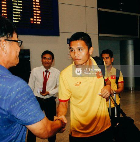 Cong Vinh va HLV Huu Thang duoc fan nu tang banh kem o san bay - Anh 1