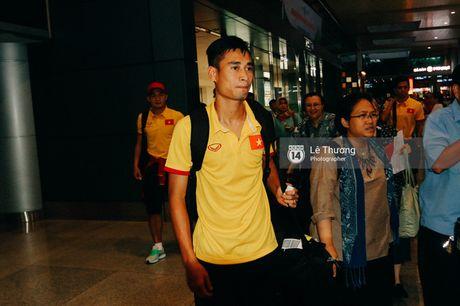 Cong Vinh va HLV Huu Thang duoc fan nu tang banh kem o san bay - Anh 2