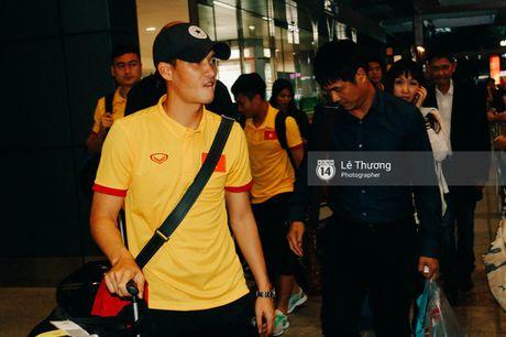 Cong Vinh va HLV Huu Thang duoc fan nu tang banh kem o san bay - Anh 3