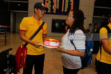 Cong Vinh va HLV Huu Thang duoc fan nu tang banh kem o san bay - Anh 4