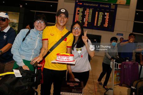 Cong Vinh va HLV Huu Thang duoc fan nu tang banh kem o san bay - Anh 5