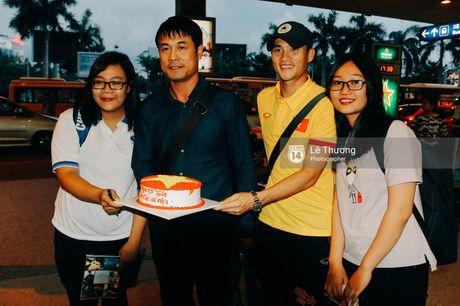 Cong Vinh va HLV Huu Thang duoc fan nu tang banh kem o san bay - Anh 6