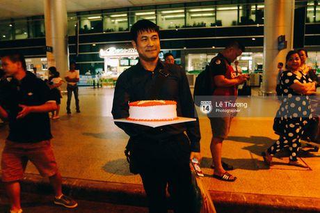 Cong Vinh va HLV Huu Thang duoc fan nu tang banh kem o san bay - Anh 7