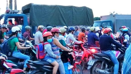 Ket xe kinh hoang trong khu cong nghiep o Sai Gon - Anh 2