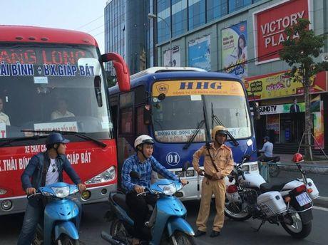 CSGT 'bo tay' voi tai xe xe buyt Hoang Ha hai lan co thu - Anh 3