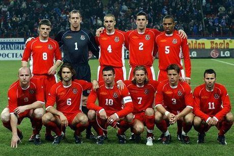 Gareth Bale noi gi ve phong cach xep hang chup anh tham hoa cua xu Wales? - Anh 3