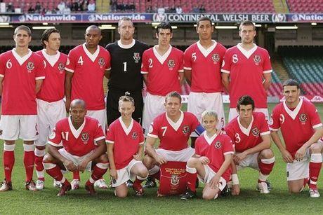 Gareth Bale noi gi ve phong cach xep hang chup anh tham hoa cua xu Wales? - Anh 5