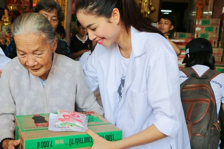 Pham Huong muot mo hoi, gian di khoe nu cuoi toa nang - Anh 5