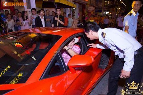 Minh Nhua va Phan Thanh cuoi sieu xe di 'uong bia' tai SG - Anh 7