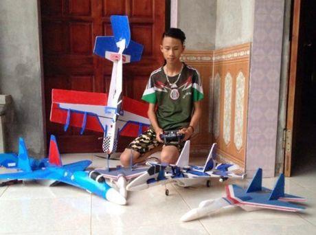 Hoc sinh lop 11 che mo hinh tiem kich Su-37, bay hon 70km/h - Anh 2