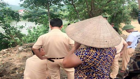 Trung uy Cong an nghi mat tich tren song Ngan Truoi - Anh 1