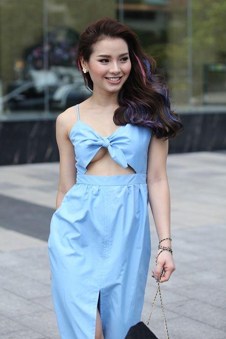 Phuong Trinh Jolie khoe vong 1 hung ho tren pho - Anh 3