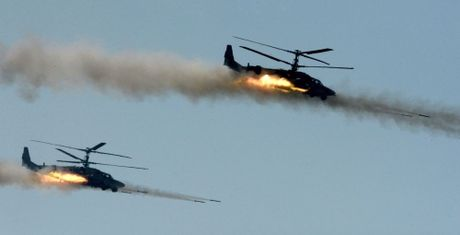 24h qua anh: May bay truc thang Ka-52 khai hoa diet muc tieu - Anh 1