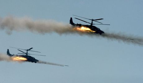 24h qua anh: May bay truc thang Ka-52 khai hoa diet muc tieu - Anh 6
