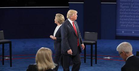 Hanh dong 'bi hiem' cua Trump, Clinton khi tranh luan cho thay dieu gi? - Anh 1