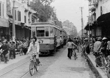 Nha ngoai giao nguoi Anh chup anh Ha Noi thap nien 1980 - Anh 1