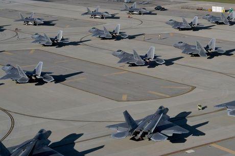 An tuong canh hang chuc may bay F-22 di tranh bao - Anh 1