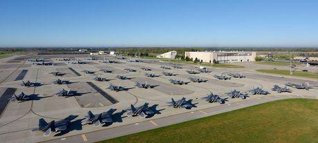 An tuong canh hang chuc may bay F-22 di tranh bao - Anh 2