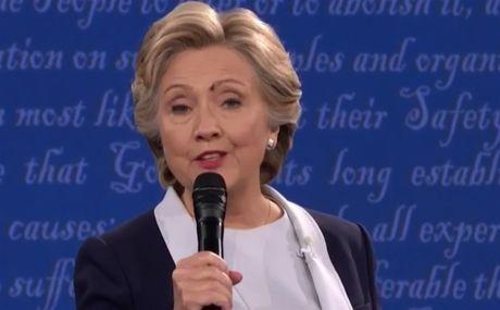 Khoanh khac ba Clinton bi ruoi dau giua mat ma khong biet - Anh 1