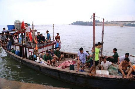 Quang Tri: Tau chim gan dao Con Co, 44 nguoi gap nan - Anh 3