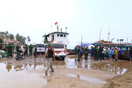 Quang Tri: Tau chim gan dao Con Co, 44 nguoi gap nan - Anh 5