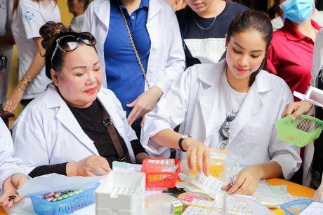 Hoa hau Pham Huong gian di cung NSND Ngoc Giau di trao qua tu thien - Anh 1
