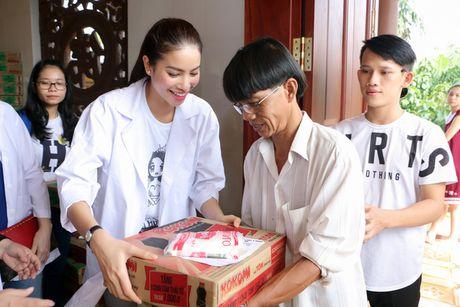 Hoa hau Pham Huong gian di cung NSND Ngoc Giau di trao qua tu thien - Anh 4