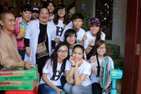 Hoa hau Pham Huong gian di cung NSND Ngoc Giau di trao qua tu thien - Anh 6
