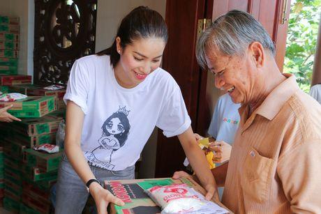 Hoa hau Pham Huong gian di cung NSND Ngoc Giau di trao qua tu thien - Anh 7