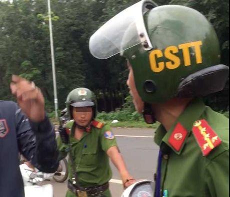 Giai quyet thoa dang vu viec CSTT 'gat tay trung dien thoai' nguoi dan - Anh 1