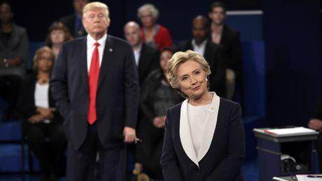 Ong Trump bi doi thu Clinton bo xa trong tham do du luan - Anh 1