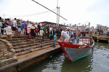 Tau cho hon 30 nguoi chim o Quang Tri, mot nguoi chet - Anh 1