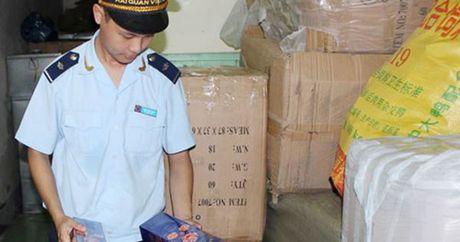 Quang Ninh phat hien hang nghin bao thuoc la va my pham nhap lau - Anh 1
